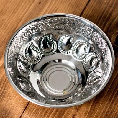 ペイズリーエンボスのアルミ皿【直径:15.8cm】の個別写真