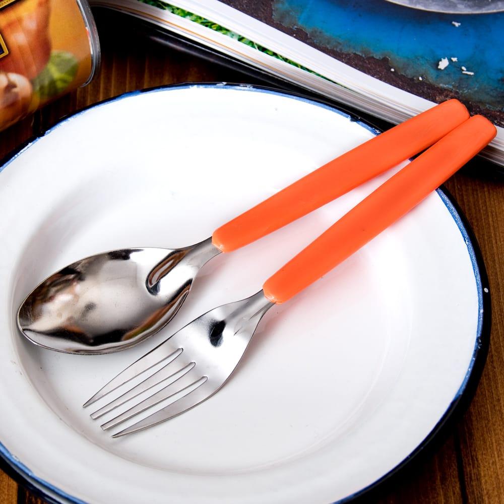 色彩豊かなタイのカラフルフォーク&スプーンセットの個別写真