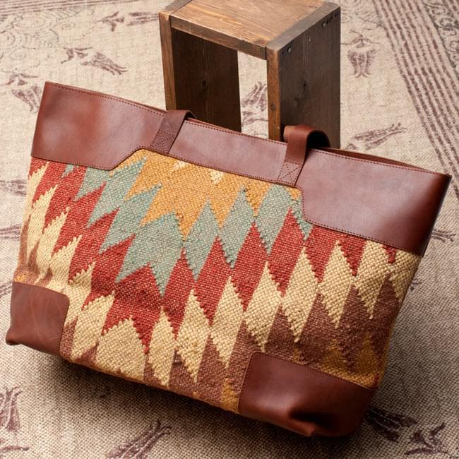 [インド品質]〔一点物〕伝統を紡いだ インドキリムのトラベルバッグ2-裏面の写真です\
