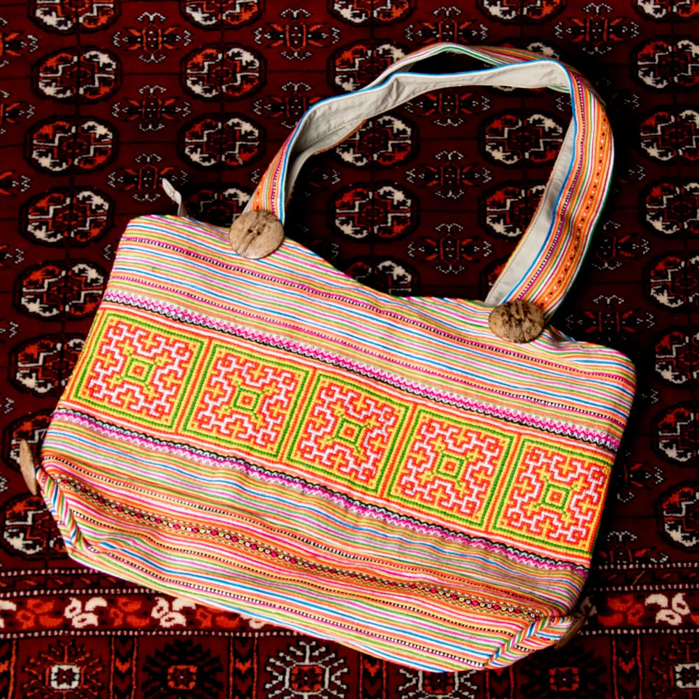 モン族刺繍 ビッグボタンのトートバッグの個別写真