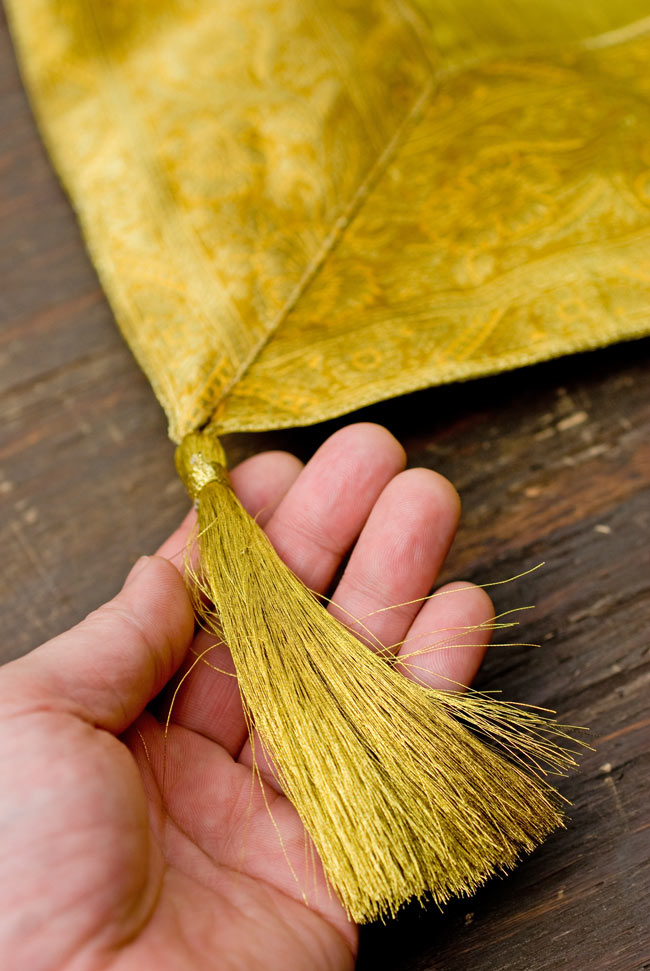 〔約105cm×105cm〕インドの金糸入りテーブルカバー オリーブの写真2-四隅にはこのような飾りがついています。\