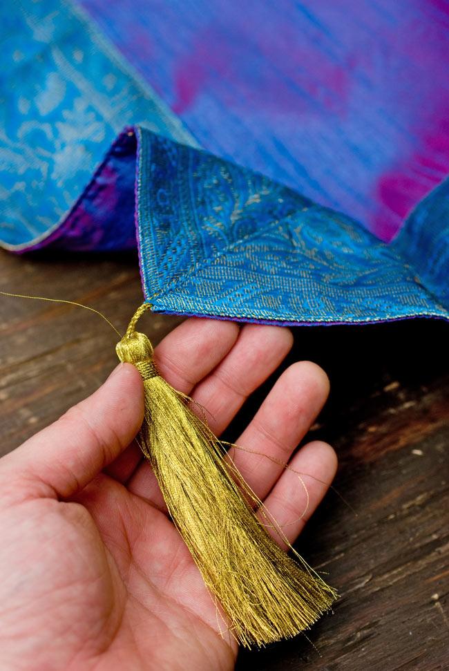 〔約105cm×105cm〕インドの金糸入りテーブルカバー ブルーパープルの写真2-四隅にはこのような飾りがついています。\