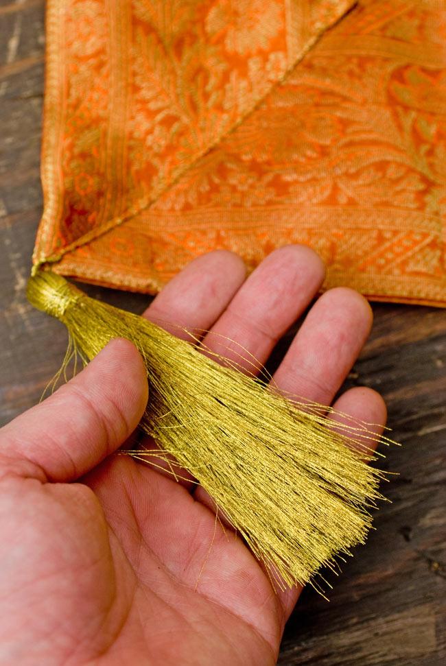 〔約105cm×105cm〕インドの金糸入りテーブルカバー オレンジの写真2-四隅にはこのような飾りがついています。\