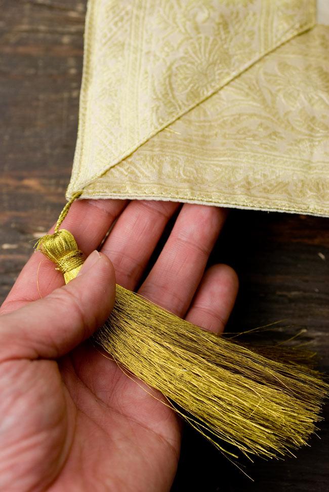 〔約105cm×105cm〕インドの金糸入りテーブルカバー ベージュホワイトの写真2-四隅にはこのような飾りがついています。\