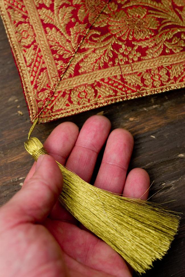 〔約105cm×105cm〕インドの金糸入りテーブルカバー 赤の写真2-四隅にはこのような飾りがついています。\