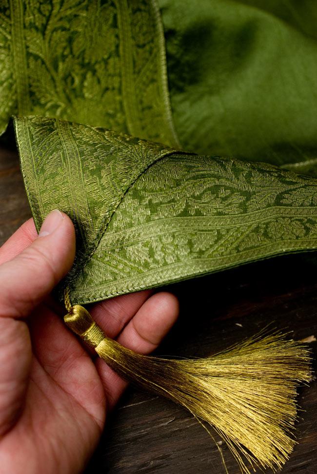 〔約105cm×105cm〕インドの金糸入りテーブルカバー グリーンの写真2-四隅にはこのような飾りがついています。\