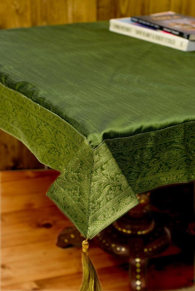 〔約105cm×105cm〕インドの金糸入りテーブルカバー グリーンの写真