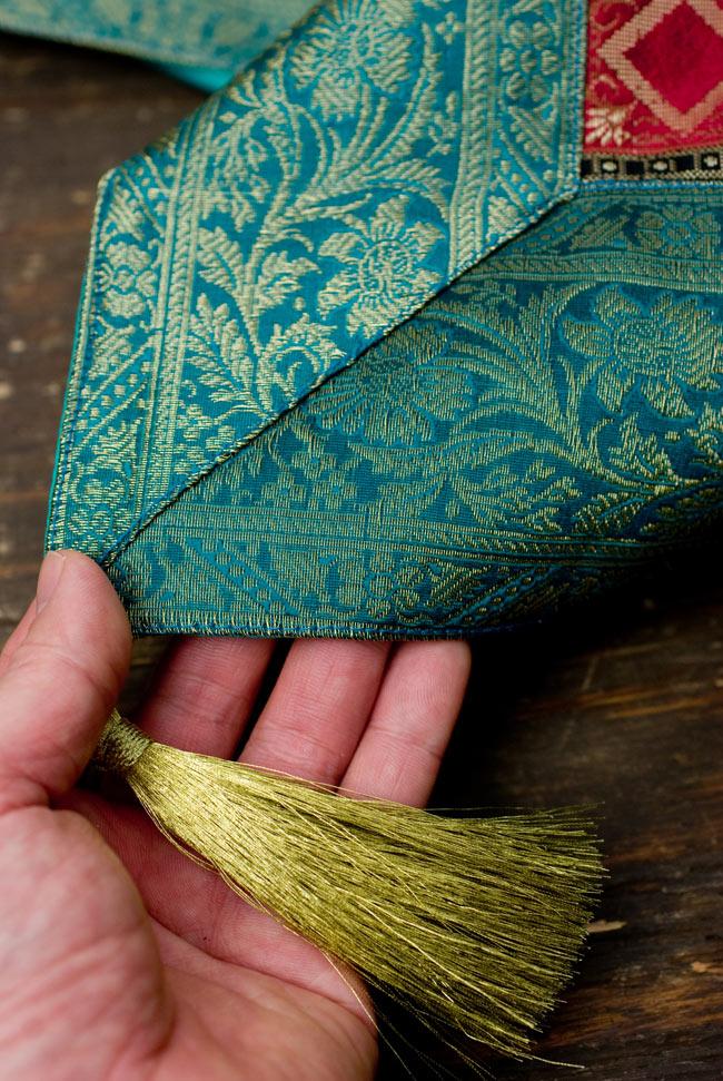 〔約105cm×105cm〕インドの金糸入りテーブルカバー エメラルド×マルチカラーの写真2-四隅にはこのような飾りがついています。\