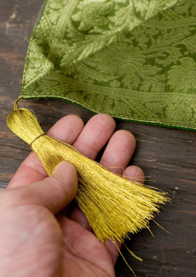 〔約105cm×105cm〕インドの金糸入りテーブルカバー - グリーン×マルチカラー2-四隅にはこのような飾りがついています。\
