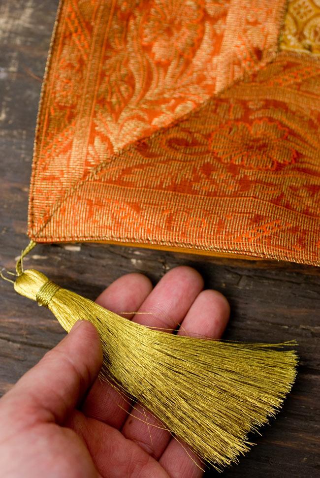 〔約105cm×105cm〕インドの金糸入りテーブルカバー オレンジ×マルチカラーの写真2-四隅にはこのような飾りがついています。\