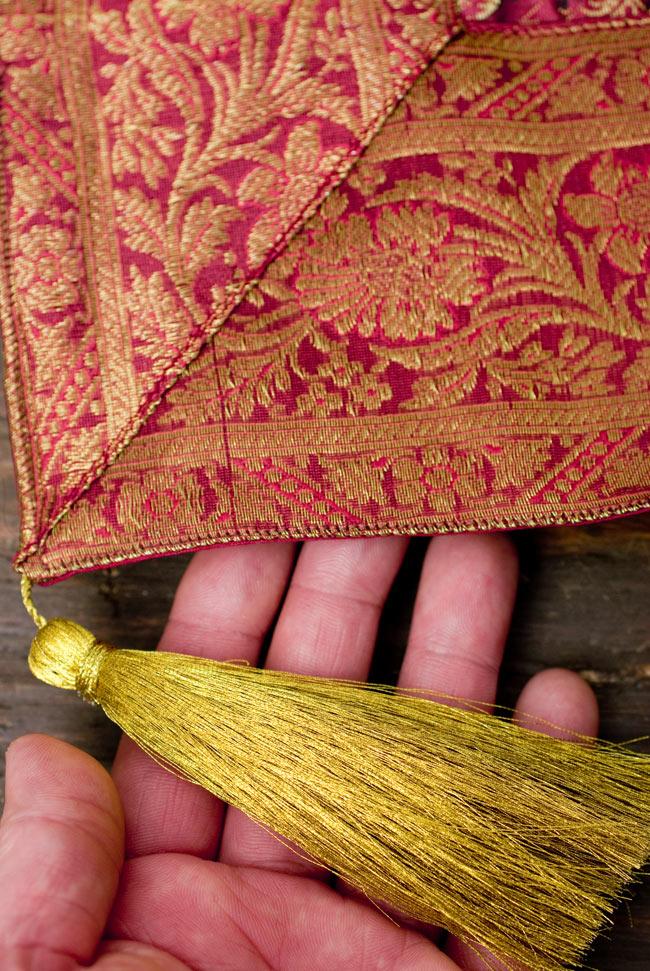 〔約105cm×105cm〕インドの金糸入りテーブルカバー 赤紫×ペイズリーの写真2-四隅にはこのような飾りがついています。\