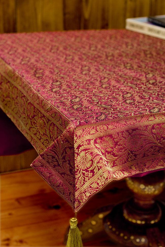 〔約105cm×105cm〕インドの金糸入りテーブルカバー 赤紫×ペイズリーの写真