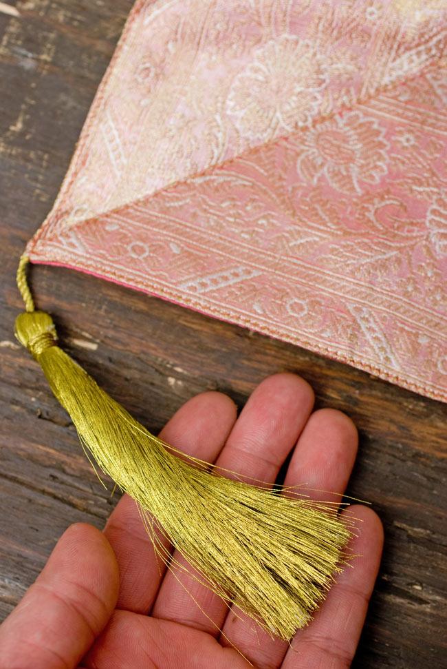 〔約105cm×105cm〕インドの金糸入りテーブルカバー パールピンク×ペイズリーの写真2-四隅にはこのような飾りがついています。\