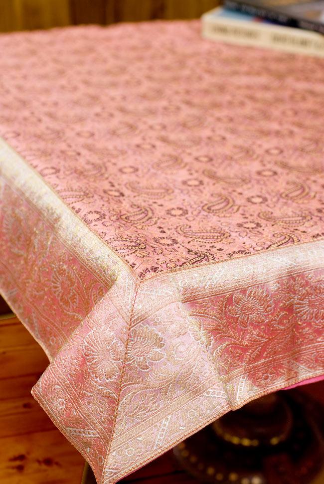 〔約105cm×105cm〕インドの金糸入りテーブルカバー パールピンク×ペイズリーの写真