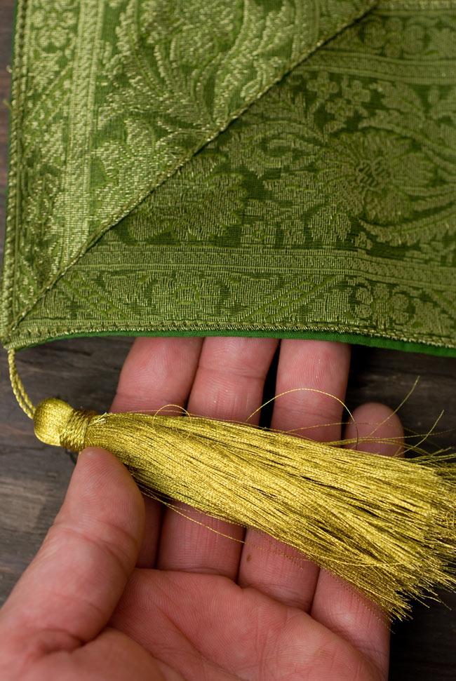 〔約105cm×105cm〕インドの金糸入りテーブルカバー - グリーン×唐草2-四隅にはこのような飾りがついています。\