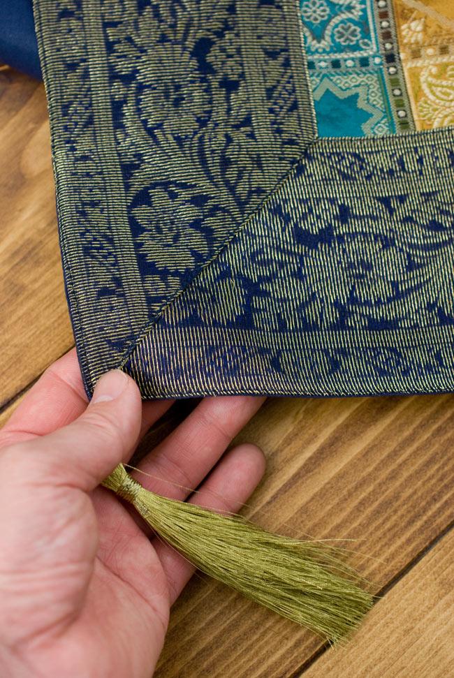 〔約180cm×40cm〕インドの金糸入りテーブルランナー 紺色×マルチカラーの写真2-四隅にはこのような飾りがついています。\
