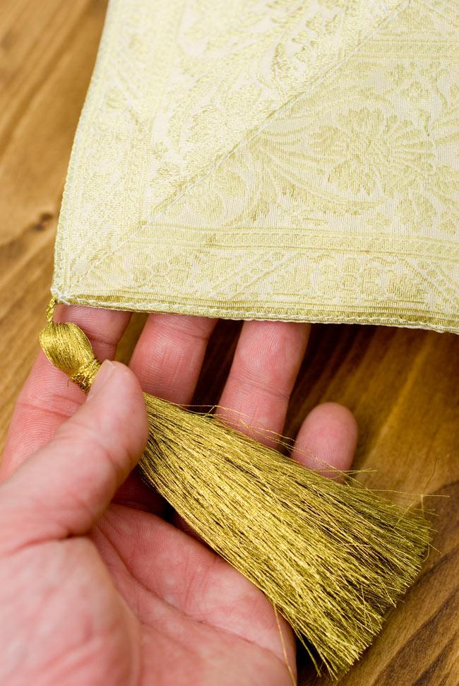 〔約140cm×50cm〕インドの金糸入りテーブルランナー ベージュホワイトの写真2-四隅にはこのような飾りがついています。\