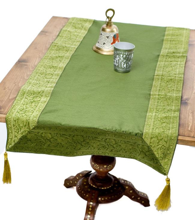 〔約140cm×50cm〕インドの金糸入りテーブルランナー グリーンの写真