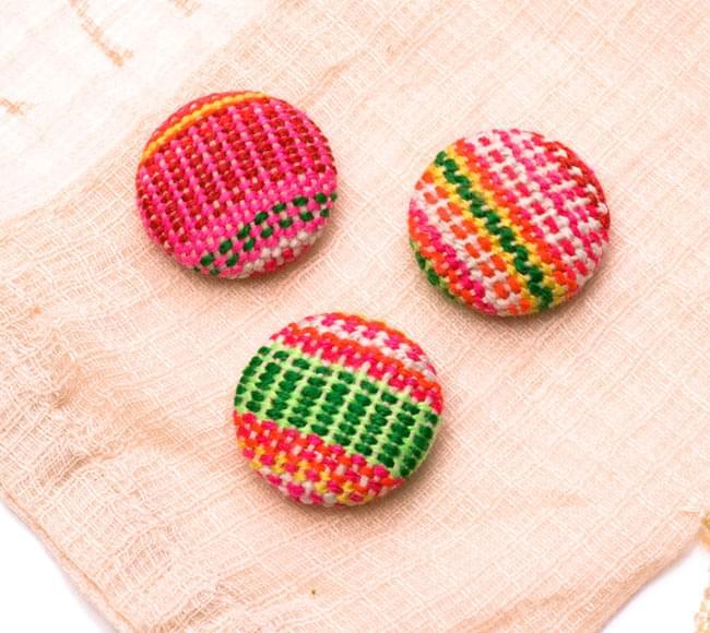 モン族の刺繍ボタン【直径:25mm 3個セット】 - ネオン系の写真2-3個セットでのお届けとなります。\