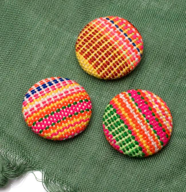 モン族の刺繍ボタン【直径:30mm 3個セット】 - ネオン系の写真2-3個セットでのお届けとなります。\