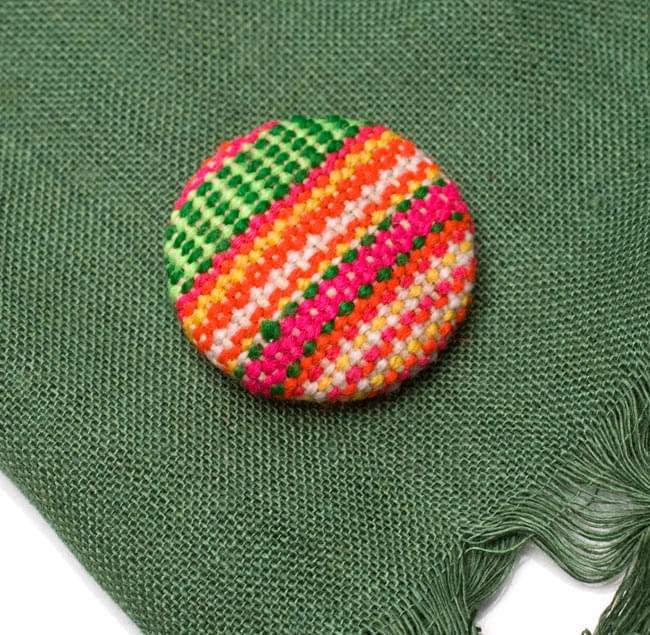 モン族の刺繍ボタン【直径:30mm 3個セット】 - ネオン系の写真
