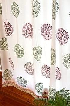 〔100cm×176cm〕インドの木版染め 手作りウッドブロックプリントのホワイトカーテン - 緑×ワイン系 ランゴリ柄