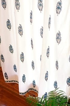 〔100cm×176cm〕インドの木版染め 手作りウッドブロックプリントのホワイトカーテン - 青系 ボタニカル柄