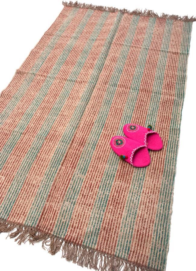 インドのラグ ジュート・ダリー -ストライプ 【約180cm×約120cm】の写真2-大きさがわかるように、スリッパを一緒に撮ってみました。\