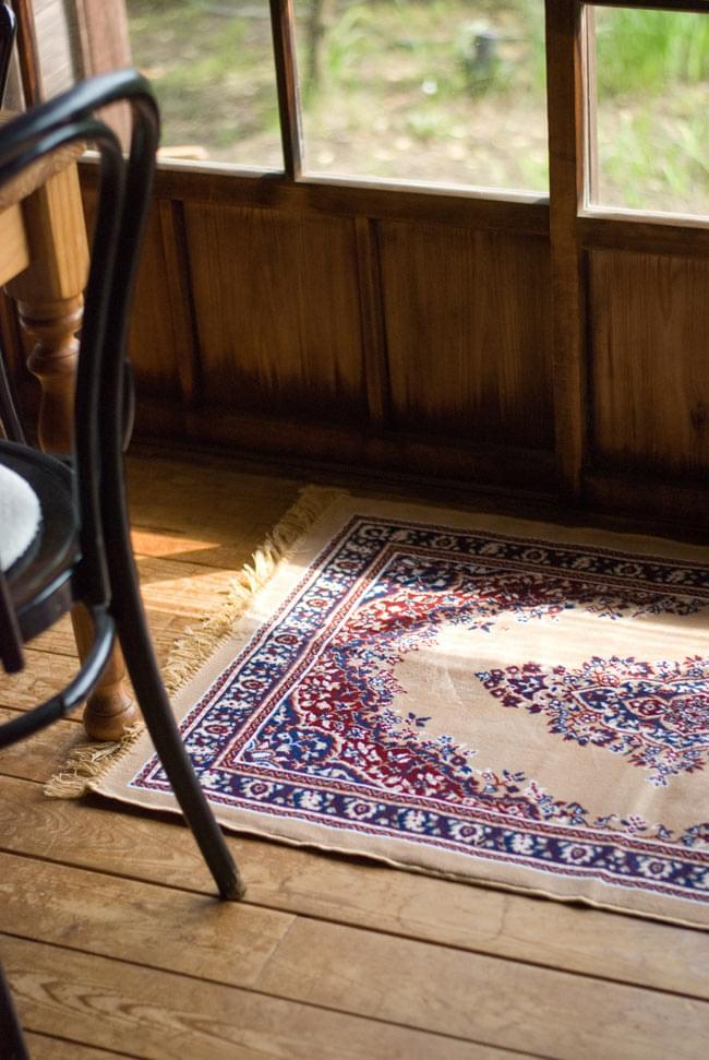 インドのエスニック絨毯 ロング【約110cm×約68cm】 赤の写真2-同種の商品を軒先で使用してみました。和風のインテリアとも調和が取れるデザインです。\