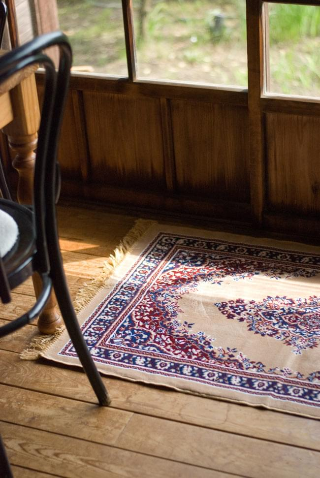 インドのエスニック絨毯 ロング【約110cm×約68cm】 黄土の写真2-同種の商品を軒先で使用してみました。和風のインテリアとも調和が取れるデザインです。\