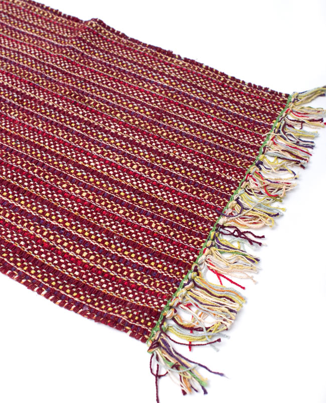 インドコットンの手織りラグマット【約65cm×約42cm】 - 茶色の写真2-ラグのフリンジ部分を大きく撮影しました\