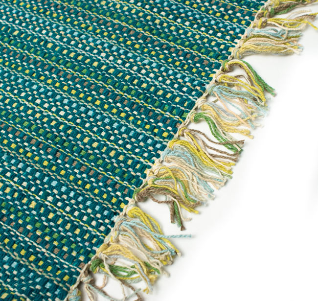 インドコットンの手織りラグマット【約65cm×約42cm】 - ターコイズグリーンの写真2-ラグのフリンジ部分を大きく撮影しました\