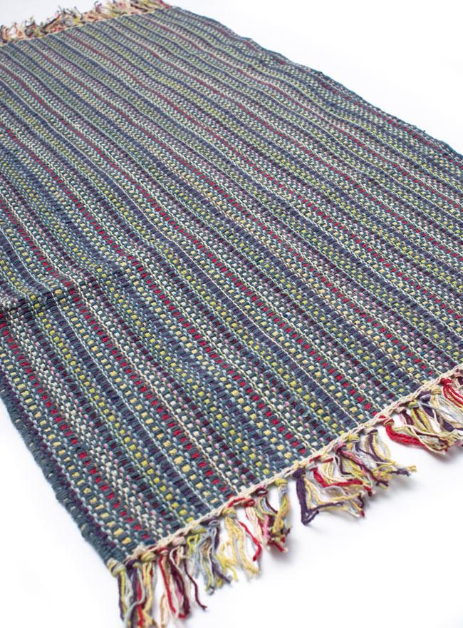 インドコットンの手織りラグマット【約100cm×約60cm】 - 灰色の写真2-ラグのフリンジ部分を大きく撮影しました\
