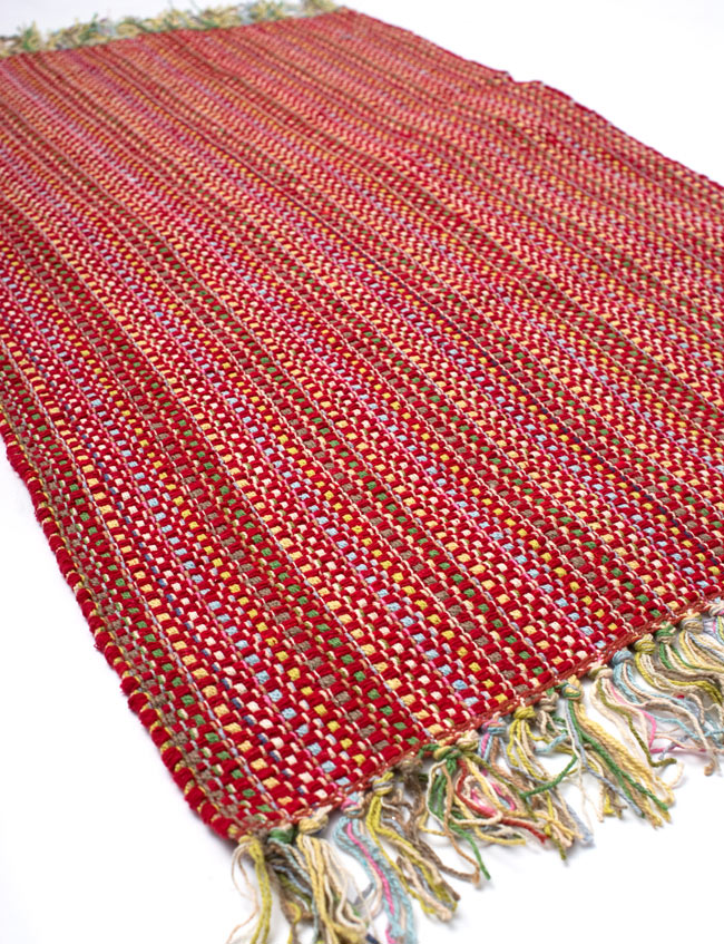 インドコットンの手織りラグマット【約100cm×約60cm】 - 赤の写真2-ラグのフリンジ部分を大きく撮影しました\