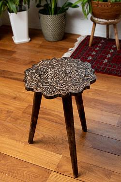 フラワーマンダラの彫刻が美しいサイドテーブル ブラウン -【天盤直径:37cm】