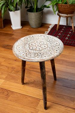 フラワーマンダラの彫刻が美しいサイドテーブル ホワイト -【天盤直径:45.5cm】