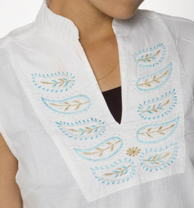 ペイズリー刺繍のルームウェア 【ホワイト】2-胸元をアップにしてみました。インドらしい刺繍が可愛いです!\