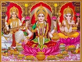 〔約30cm×約40cm〕輝くラメ入りインドのヒンドゥー神様ポスター - ラクシュミ・サラスヴァティ・ガネーシャ