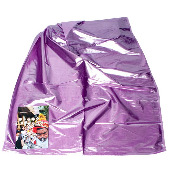 〔1m切り売り〕インドの伝統模様布 - 無地 紫〔幅100cm〕2-広げたところの写真です。幅はしっかりとあります。左下にあるサイズ比較用の当店カタログは、A4サイズです。\