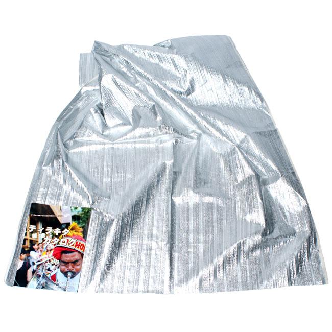 〔1m切り売り〕インドの伝統模様布 - ボーダー柄 シルバー〔幅104cm〕の写真2-広げたところの写真です。幅はしっかりとあります。左下にあるサイズ比較用の当店カタログは、A4サイズです。\