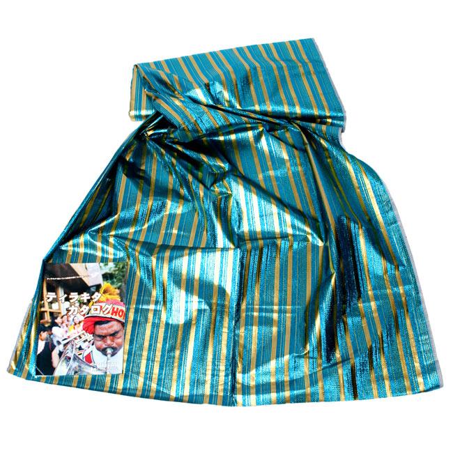 〔1m切り売り〕インドの伝統模様布 - ボーダー柄 青×金〔幅104cm〕2-広げたところの写真です。幅はしっかりとあります。左下にあるサイズ比較用の当店カタログは、A4サイズです。\