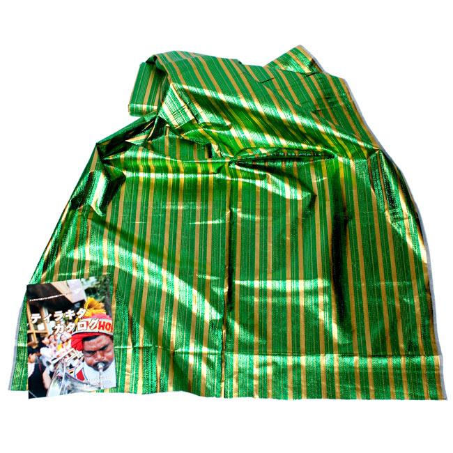 〔1m切り売り〕インドの伝統模様布 - ボーダー柄 緑×金〔幅104cm〕の写真2-広げたところの写真です。幅はしっかりとあります。左下にあるサイズ比較用の当店カタログは、A4サイズです。\
