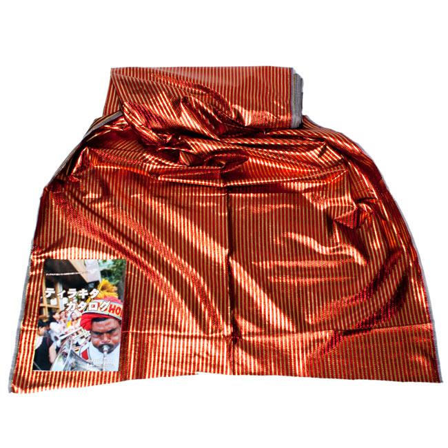 〔1m切り売り〕インドの伝統模様布 - ボーダー柄 赤×金〔幅105cm〕の写真2-広げたところの写真です。幅はしっかりとあります。左下にあるサイズ比較用の当店カタログは、A4サイズです。\