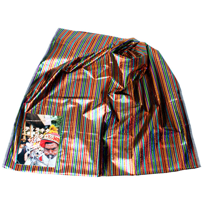 〔1m切り売り〕インドの伝統模様布 - ボーダー柄 虹色×金〔幅105cm〕2-広げたところの写真です。幅はしっかりとあります。左下にあるサイズ比較用の当店カタログは、A4サイズです。\