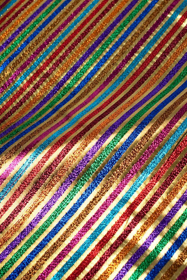 〔1m切り売り〕インドの伝統模様布 - ボーダー柄 虹色×金〔幅105cm〕
