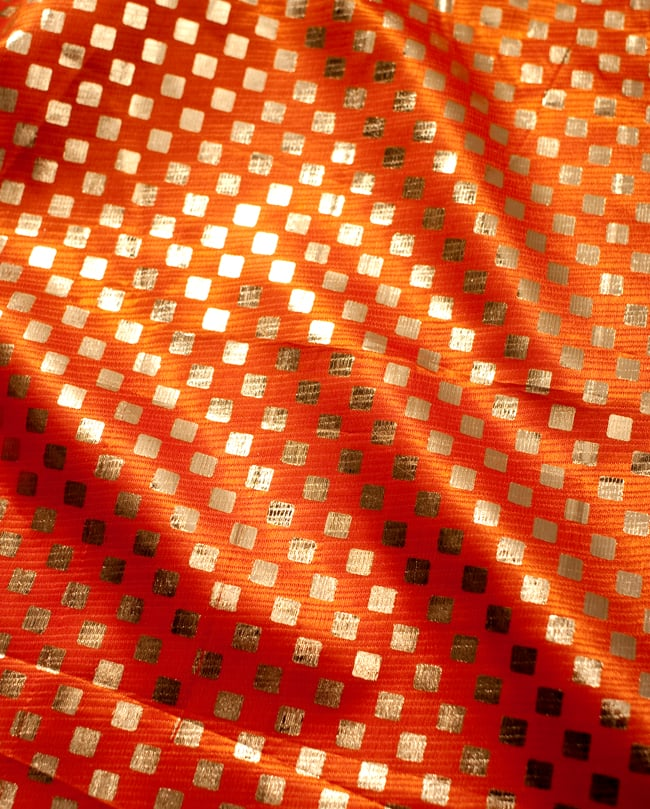 〔1m切り売り〕市松模様ゴールドプリント光沢布〔幅約105cm〕 - オレンジ2-拡大写真です。独特な雰囲気があります。\