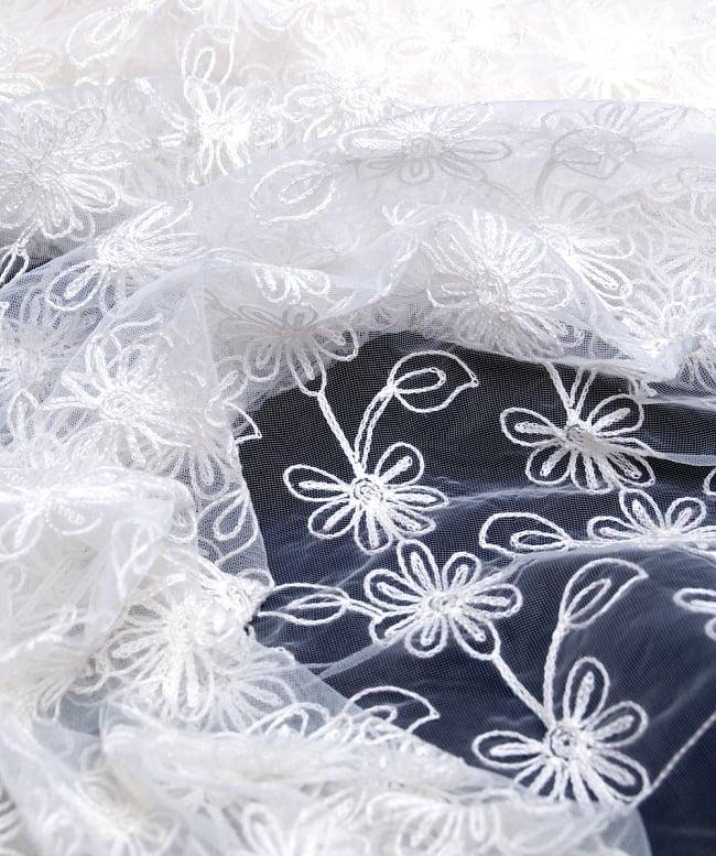 〔50cm切り売り〕フラワー刺繍のメッシュ生地布〔120cm〕 - ホワイト2-拡大写真です。独特な雰囲気があります。\