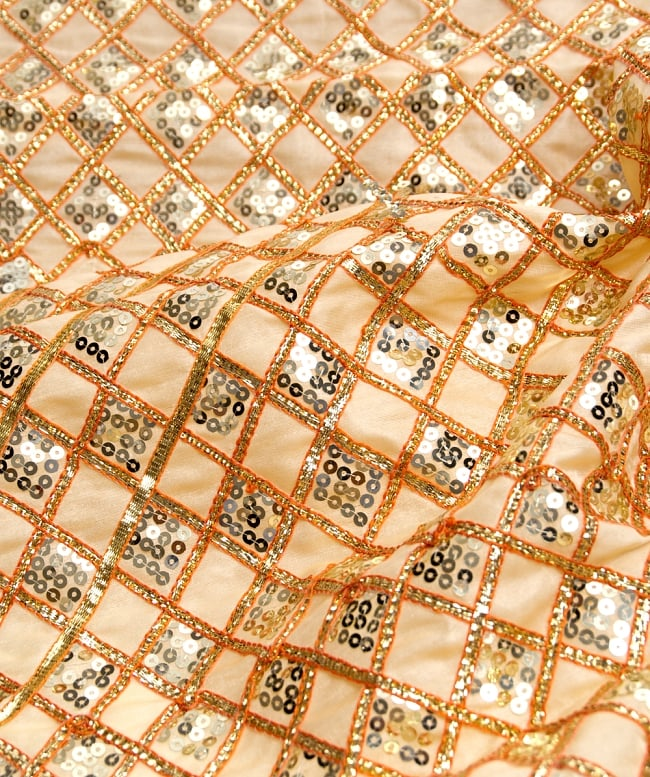 〔50cm切り売り〕インドのスパンコールクロス〔108cm〕 - ベージュの写真2-拡大写真です。独特な雰囲気があります。\