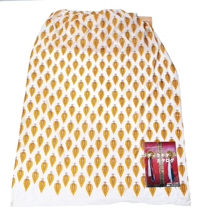 〔1m切り売り〕インドの伝統模様 セリグラフィープリント布〔110cm〕の写真2-布を広げてみたところです。横幅もしっかり大きなサイズ。布の上に置かれているのはサイズ比較用の当店A4サイズカタログです。\