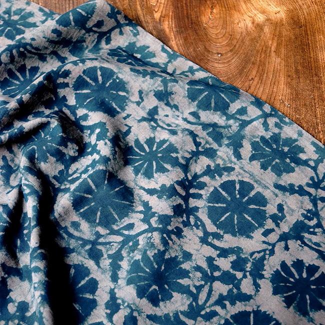 〔90cm切り売り〕インディゴブルーの伝統泥染め布 -  更紗柄〔幅約111cm〕の写真